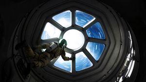 Превью обои астронавт, иллюминатор, космос, космический корабль, невесомость, гравитация