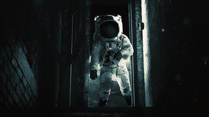 Превью обои астронавт, космонавт, гравитация, скафандр, дверь, темный