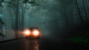 Превью обои автомобиль, фары, туман, свет, деревья, дорога
