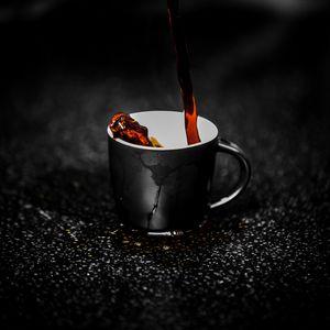 Превью обои чашка, струя, капли, чай