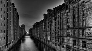 Превью обои чб, здания, высокий, река, мост, ночь