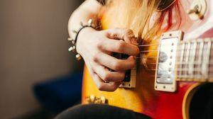 Превью обои электрогитара, гитара, гриф, рука, девушка