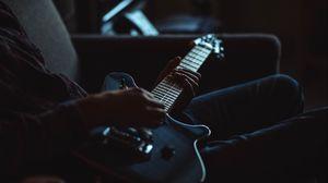 Превью обои электрогитара, гитара, музыкальный инструмент, руки, гитарист