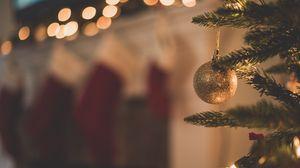 Превью обои елка, елочная игрушка, ветка, рождество