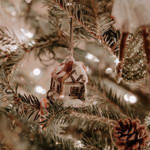 Превью обои елка, украшения, домик, гирлянды, новый год, рождество