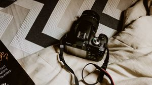 Превью обои фотоаппарат, камера, черный, ремешок, книга