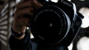 Превью обои фотоаппарат, камера, объектив, рука, фотограф