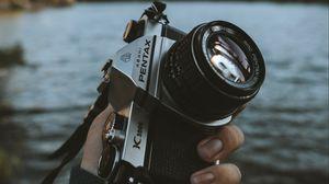 Превью обои фотоаппарат, камера, рука, объектив, пейзаж