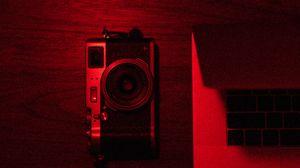 Превью обои фотоаппарат, ноутбук, красный, темный