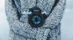Превью обои фотоаппарат, объектив, оптика, кофта, серый