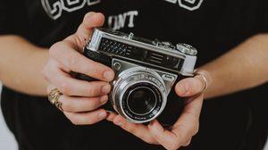 Превью обои фотоаппарат, объектив, руки, пальцы, фотограф