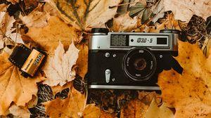 Превью обои фотоаппарат, осень, листва, ретро, винтаж, фотопленка