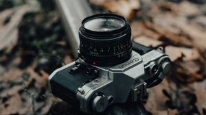 Превью обои фотоаппарат, серый, рельса, опавшая листва