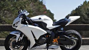 Превью обои honda, cbr1000rr, белый, мотоцикл, вид сбоку