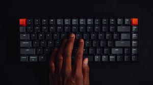 Превью обои клавиатура, клавиши, рука, хакер, технологии