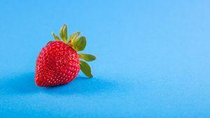 Превью обои клубника, ягода, голубой фон