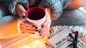 Превью обои кофе, кружка, руки, гирлянды, уют, настроение