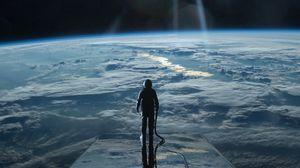 Превью обои космонавт, космос, планета, атмосфера, поверхность, свечение
