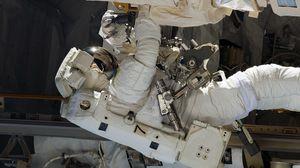 Превью обои космонавт, скафандр, корабль, корпус, ремонт, оборудование