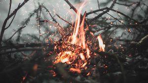 Превью обои костер, искры, огонь, ветки, размытость