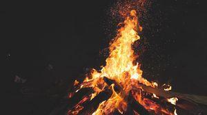Превью обои костер, огонь, искры, ночь, темный