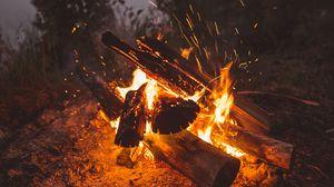 Превью обои костер, огонь, искры, дрова