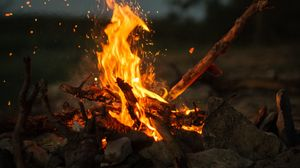 Превью обои костер, огонь, палки, камни, кемпинг