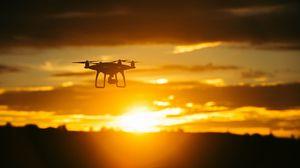 Превью обои квадрокоптер, закат, небо, полет, дрон