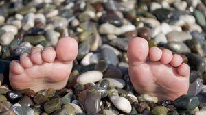Превью обои лето, море, ноги, галька, пляж, прикол, ситуация