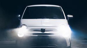 Превью обои машина, белый, свет, яркий, вид спереди