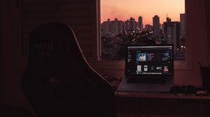Превью обои ноутбук, экран, рабочий стол, стол, комната, город