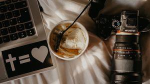 Превью обои ноутбук, фотоаппарат, мороженое, десерт, ложка, рабочий процесс