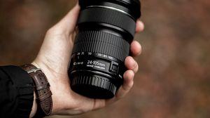 Превью обои объектив, черный, рука, оптика, фотоаппарат