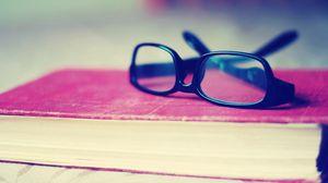 Превью обои очки, книга, стол, переплет