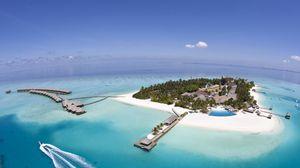 Превью обои остров, курорт, суша, океан, пальмы, лазурь, небо, сверху, хижины, навесы, бассейн, катер, рай, тропики