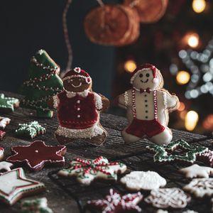 Превью обои пряники, печенье, фигурки, рождество, новый год, праздник