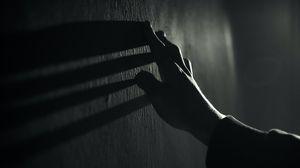 Превью обои рука, стена, касание, чб, тень, темный