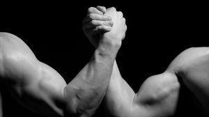 Превью обои руки, мужчины, борьба, бицепсы, чёрно-белое, армрестлинг