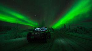 Превью обои северное сияние, автомобиль, звездное небо, дорога, зима