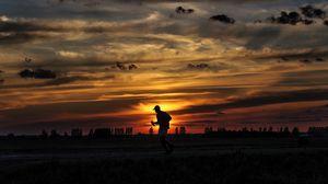 Превью обои силуэт, бег, закат, спортсмен, облака, небо