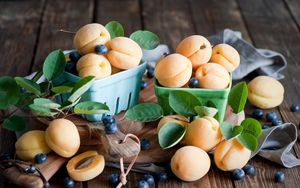 Превью обои абрикосы, голубика, посуда, фрукты