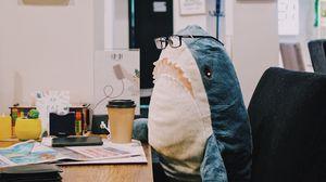 Превью обои акула, игрушка, юмор, работа, офис