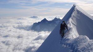 Превью обои альпинисты, пик, вершина, покорение, следы, снег, облака, вертикаль