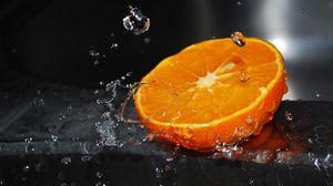 Превью обои апельсин, половина, вода, брызги, цитрусовые
