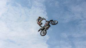 Превью обои байкер, мотоцикл, экстрим, трюк, облака, небо