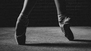 Превью обои балерина, пуанты, ноги, чб, танец