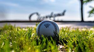 Превью обои бейсбольный мяч, мяч, бейсбол, трава