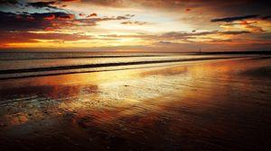 Превью обои берег, песок, пляж, море, волны, закат, вечер, шепот, оранжевый, романтика, горизонт, спокойствие, крупицы, мокрый
