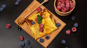 Превью обои блины, ягоды, мед, десерт, завтрак