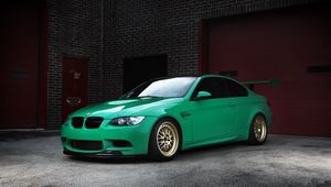 Превью обои bmw, m3, e92, green, wheels, бмв, зелёный, антикрыло, кирпичные стены, ворота